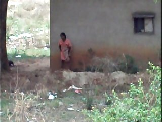 desi lady pissing behind her house 2